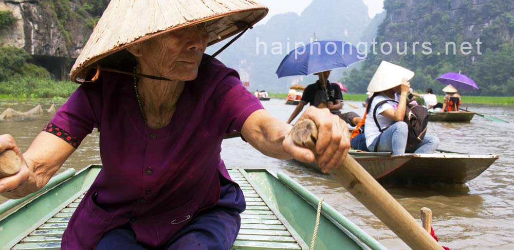 A lady rower in Tam Coc