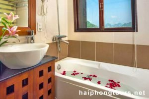 Bathtub VIP room Halong Grayline Cruise
