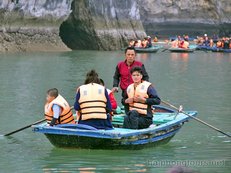 Bamboo boat trip Luon cave