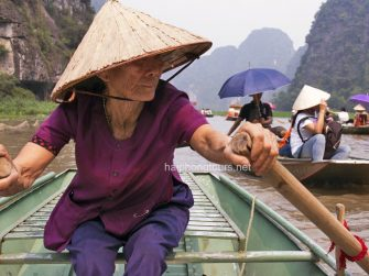 old-lady-rowing-boat-tam-coc