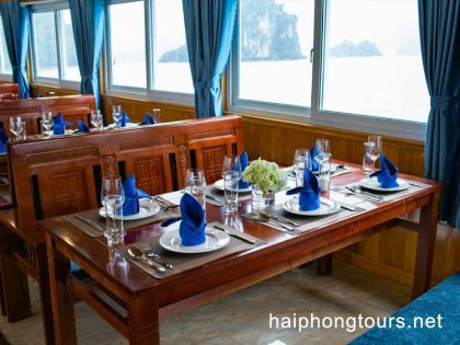 Lunch onboard during Lan ha bay day tour