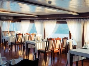Restaurant in Halong Phoenix cruise